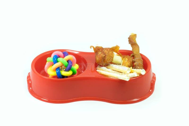 关于塑料碗的宠物供应有快餐和橡胶玩具的为 库存图片