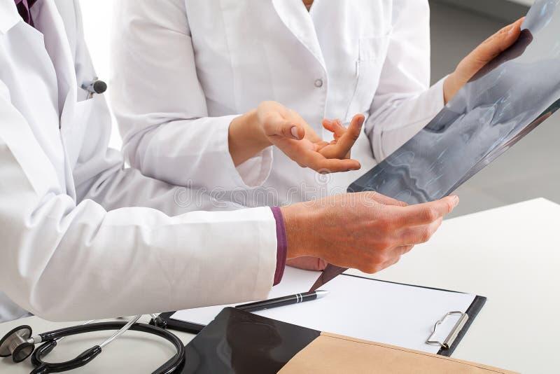 关于患者测试结果的讨论 免版税库存照片