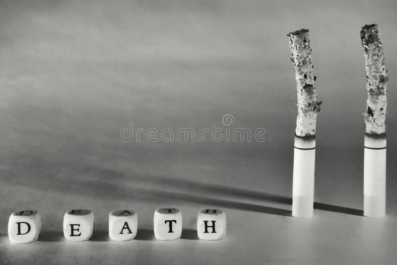 关于死亡的一张可怕的图片由于抽烟 对一种健康生活方式的鼓动 库存图片