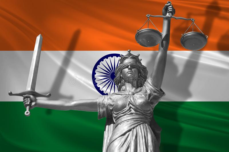 关于法律的盖子 正义Themis的神雕象与印度背景旗子的  正义原始的雕象  Femida,与标度, sy 库存例证