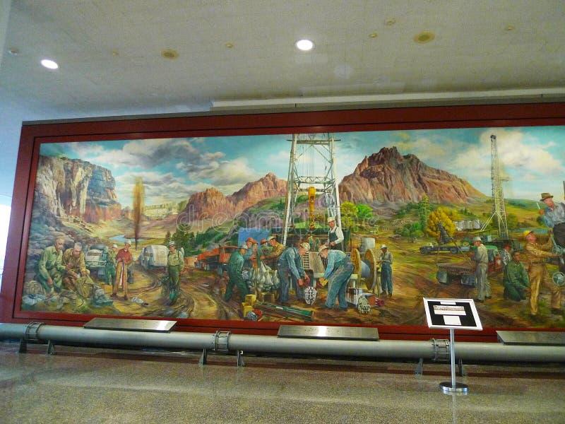 关于石油工业的塔尔萨国际机场大墙壁壁画 库存照片