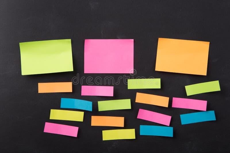关于空白的黑板的稠粘的笔记 库存照片