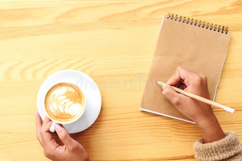 关于纸的创造性的采取的笔记与一杯咖啡 免版税库存照片