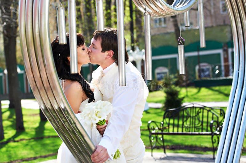 关于艺术铁器的浪漫亲吻新娘和新郎 库存照片