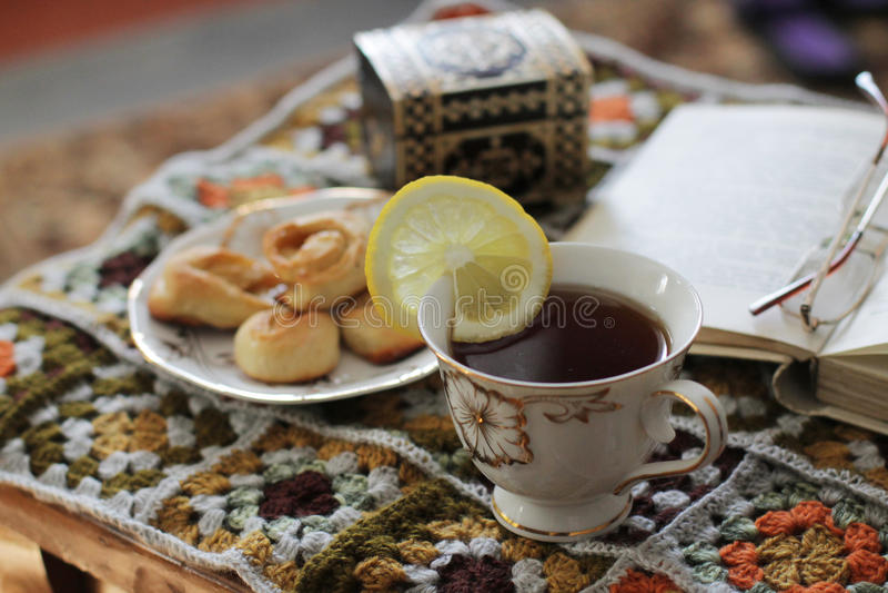 关于茶的舒适读书 免版税库存图片