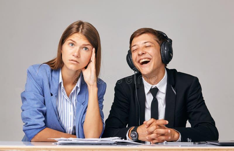 关于问题的概念在工作 关于,当商务伙伴互相听不到 免版税库存照片