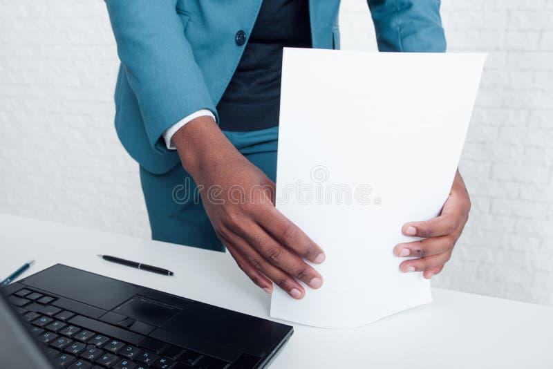 关于项目的完成的帐户报告在办公室 免版税库存图片