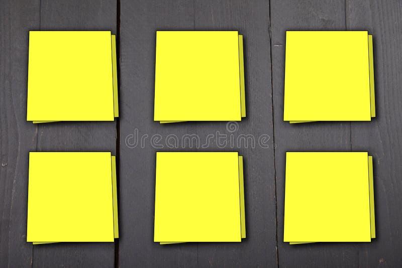 关于黑木背景的六黄色备忘录笔记 库存图片