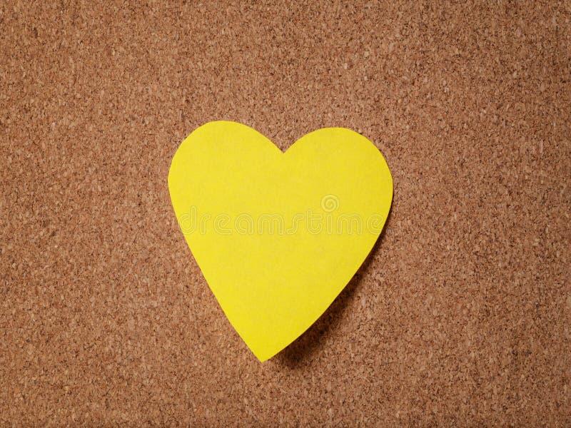 关于黄柏板的心脏形状稠粘的笔记 免版税库存图片