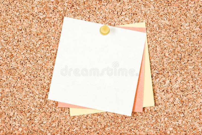 关于corkboard的空白的白色笔记 免版税库存图片
