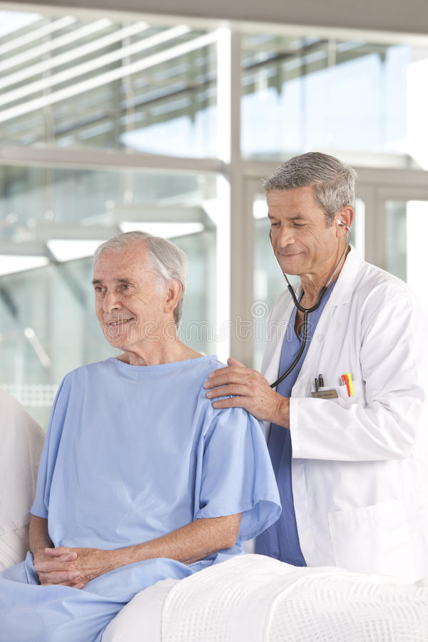 关心医生男性耐心采取 库存照片