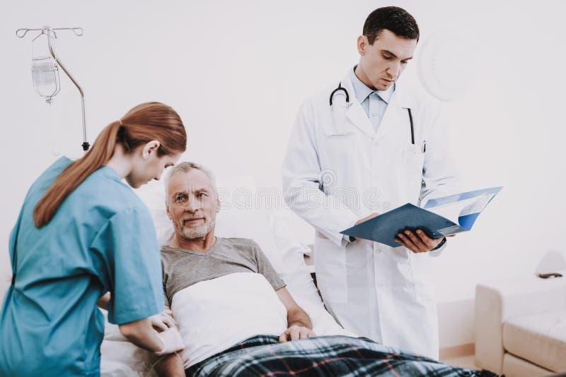 关心护士和医生 患者在绝尘室 库存图片