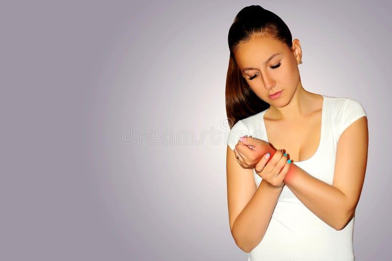 关节痛 少妇遭受充满腕子痛苦 扭伤痛苦所在地 免版税图库摄影