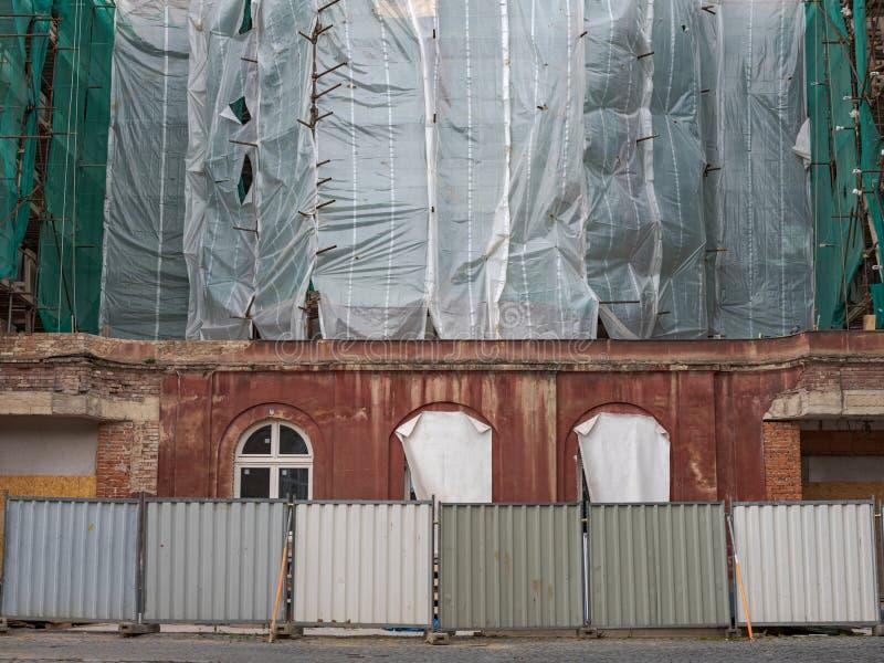 关街人行道旧公寓楼改造 免版税库存图片