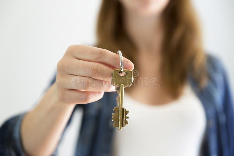 关键字在手中 把握房子关键的妇女 房地产租或购买概念 免版税库存图片