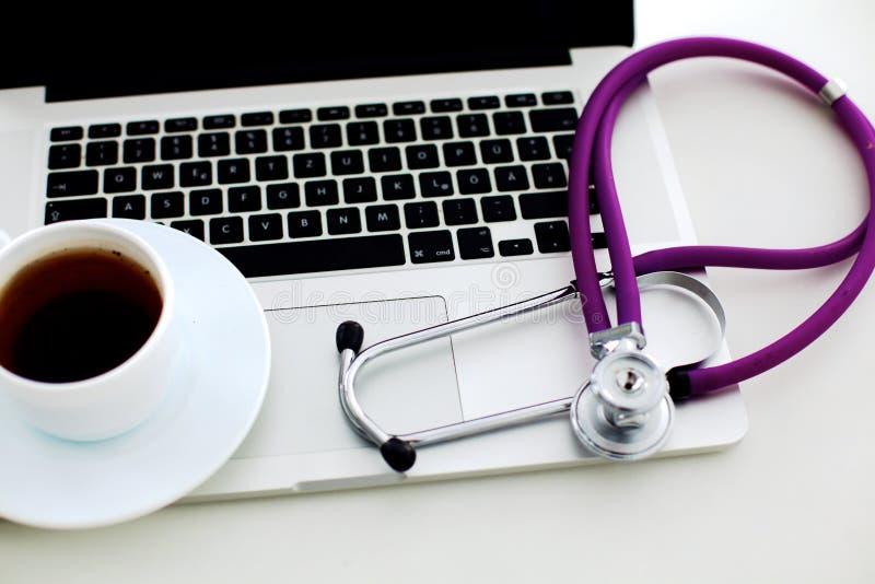 关键董事会膝上型计算机听诊器 概念3D图象 免版税库存图片