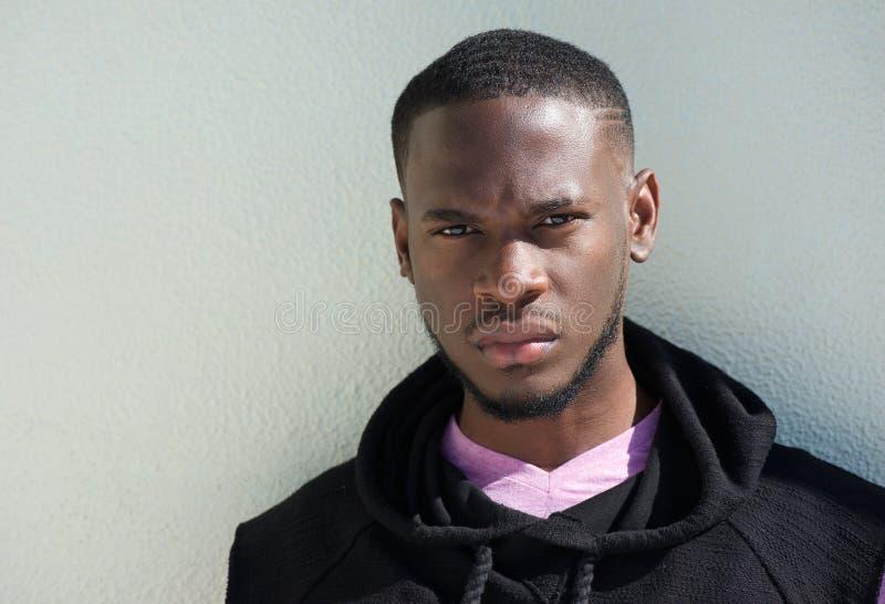 关闭一个严肃的非裔美国人的年轻人的画象 库存照片