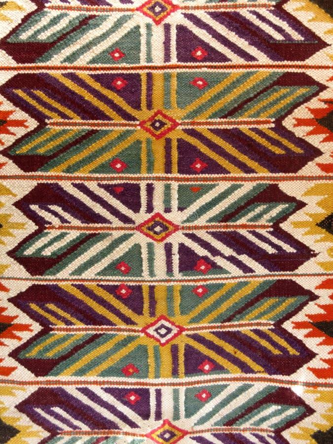 关闭一个垂悬的五颜六色的手工制造传统羊毛地毯 图库摄影