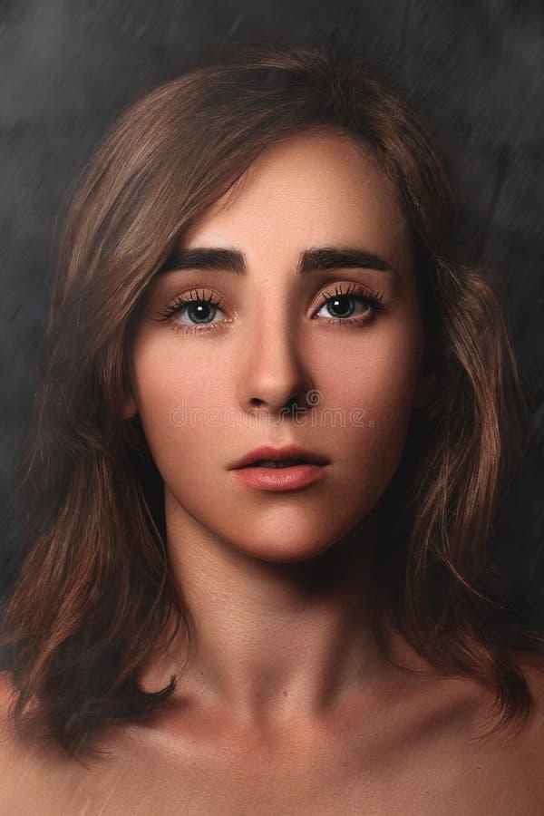 关闭一个女孩的剧烈的画象黑暗的背景的 艺术美丽的照相机注视看起来充分的魅力绿色关键字的嘴唇低做照片妇女的纵向紫色的方式 黑暗的艺术 库存照片