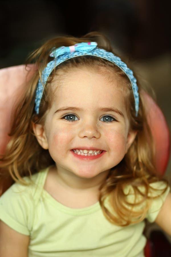 关闭一个女孩的画象有非常暴牙的微笑的 免版税库存图片