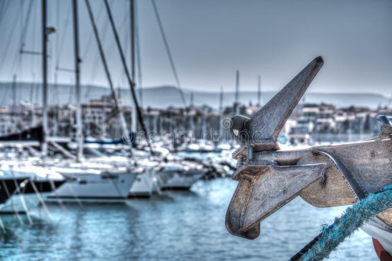关闭一个小船船锚在hdr的阿尔盖罗港口 免版税库存图片