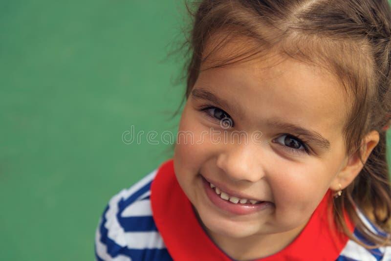 关闭一个微笑的小女孩 库存照片