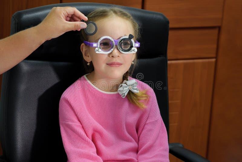 关闭一个的小女孩眼睛在新的学年前测试  库存图片