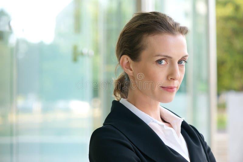 关闭一个确信的女商人的画象 免版税图库摄影
