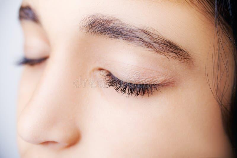 关闭一个美丽的女孩的图象有她的闭上的眼睛的 库存照片