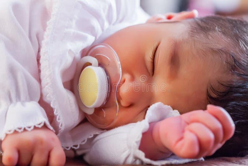 关闭一个逗人喜爱的两个星期年纪新出生的女婴的画象 库存照片
