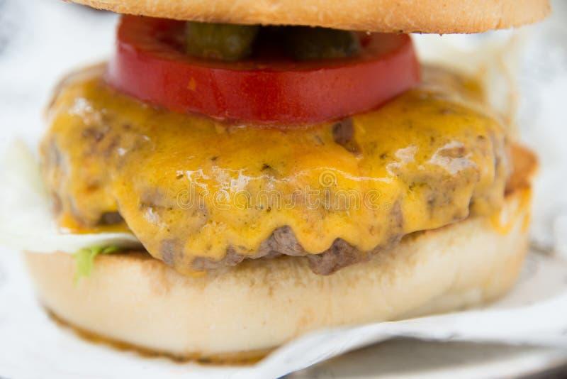 关闭一个鲜美新鲜的汉堡包的射击在白皮书的 库存图片