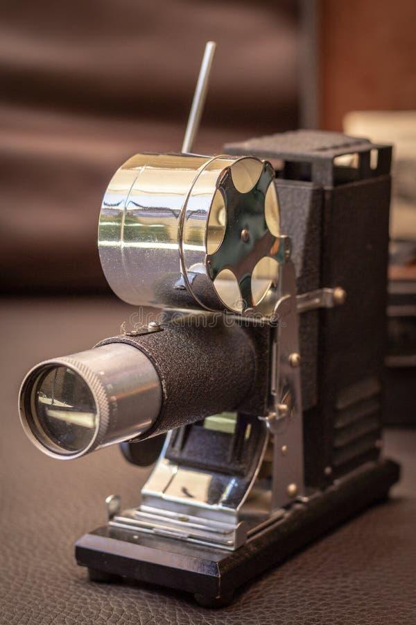 关闭一古色古香的1940年`的射击s, 35mm电影放映机,葡萄酒概念 图库摄影