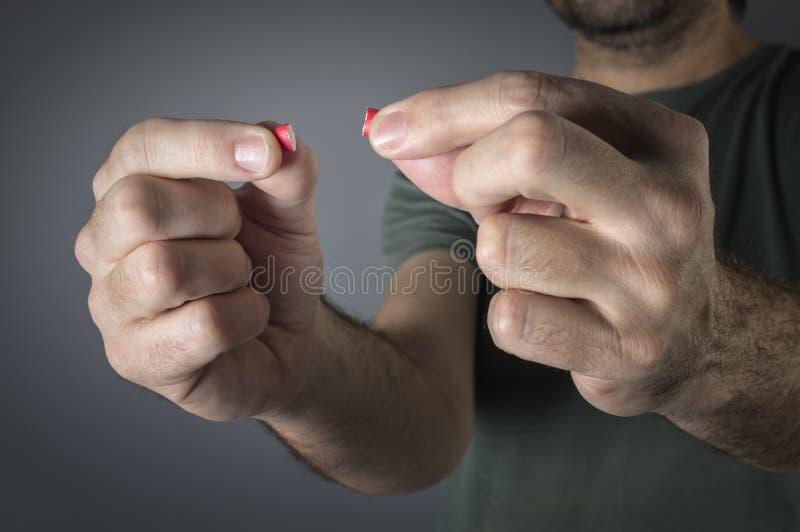关闭一只手的图象有的红色药片 免版税库存图片