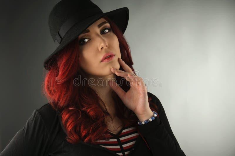 关闭一名美丽的年轻红头发人妇女的画象 库存照片