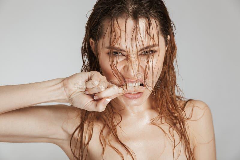 关闭一名露胸部的恼怒的妇女的时尚画象 免版税库存图片