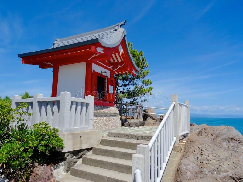 关闭一座小的寺庙在Katsurahama海滩在高知,日本 库存照片