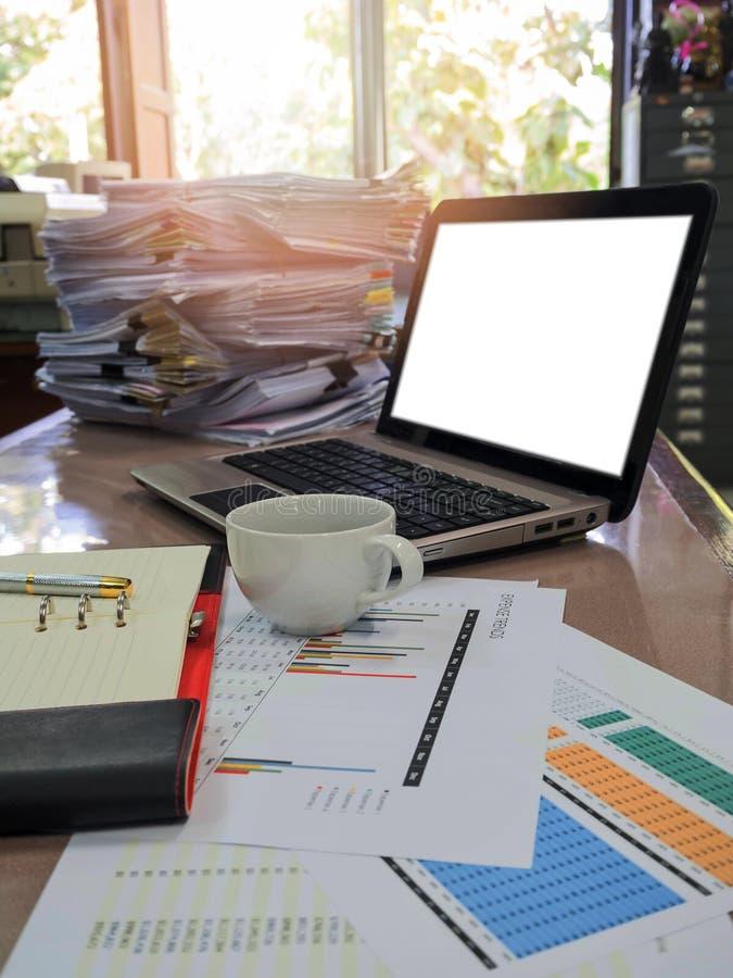关闭一杯咖啡和商业文件 免版税库存照片