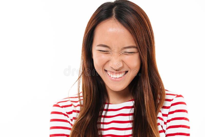 关闭一相当年轻亚洲女孩笑的画象 免版税库存照片