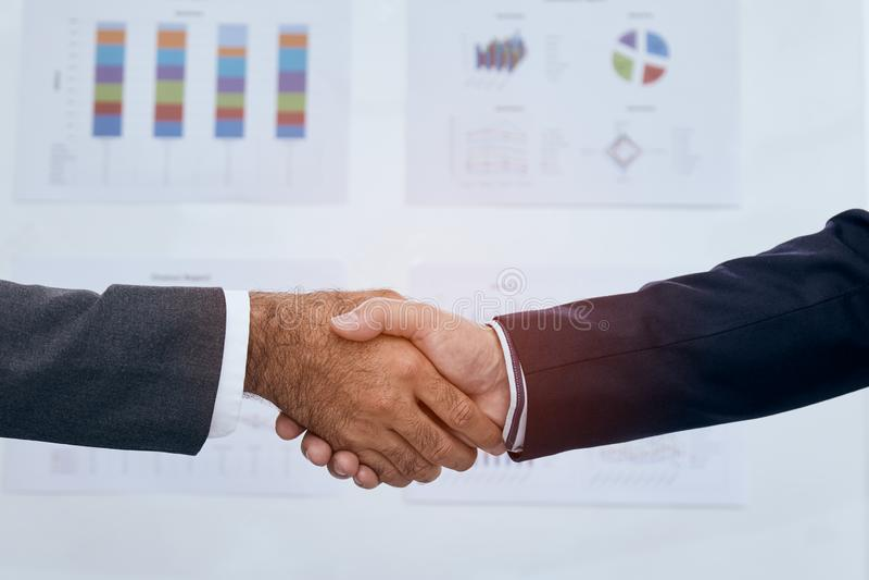关闭一起握手的两个商人在完成会议以后 库存照片