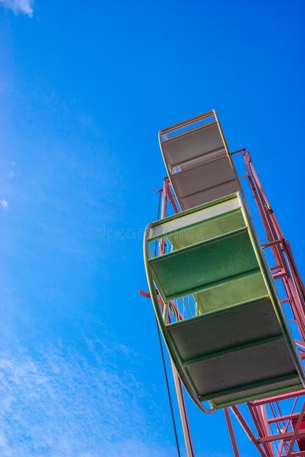 关闭一部分的在蓝天的淡色弗累斯大转轮 库存照片