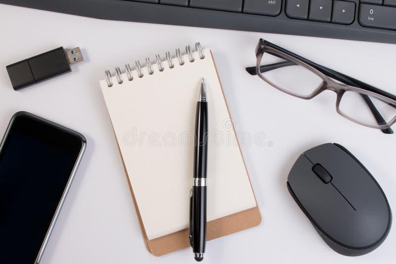 从关闭上的看法 办公用品和计算机设备 免版税图库摄影