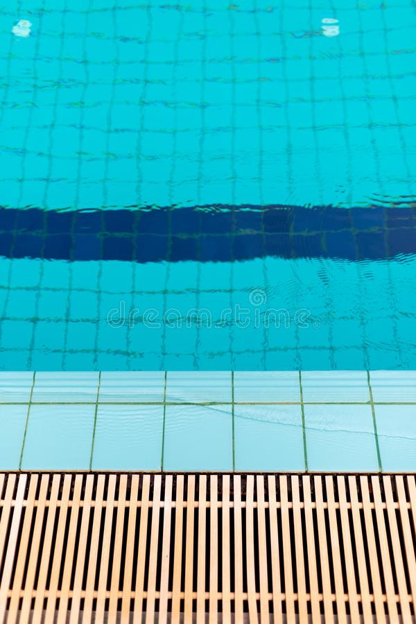 关闭下水道格栅流失在游泳池附近 库存照片