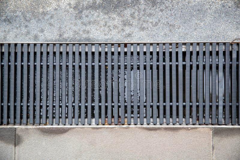 关闭下水道格栅流失在游泳池附近 免版税库存图片