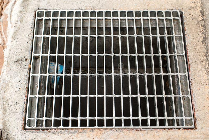 关闭下水道格栅流失在街道或走道附近 库存图片