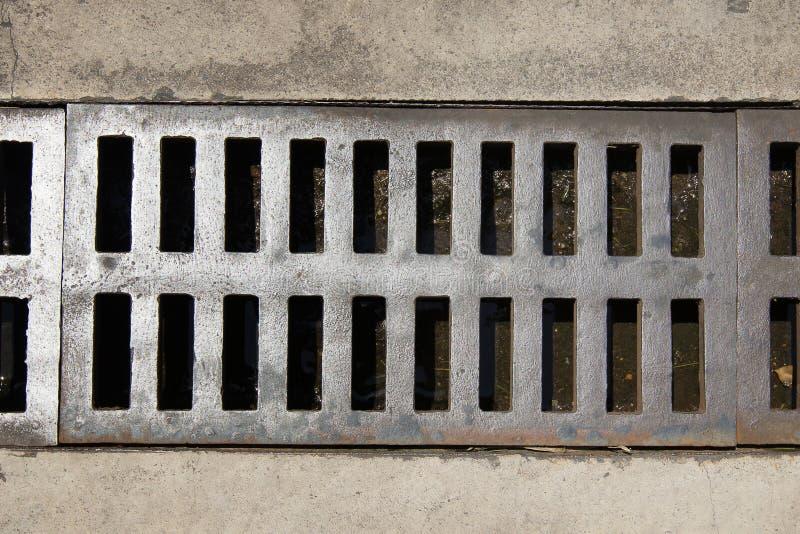 关闭下水道格栅流失在街道或走道附近 免版税库存照片