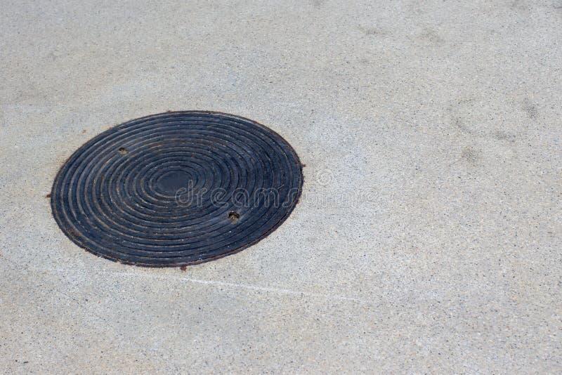关闭下水道格栅流失在街道或走道附近 图库摄影