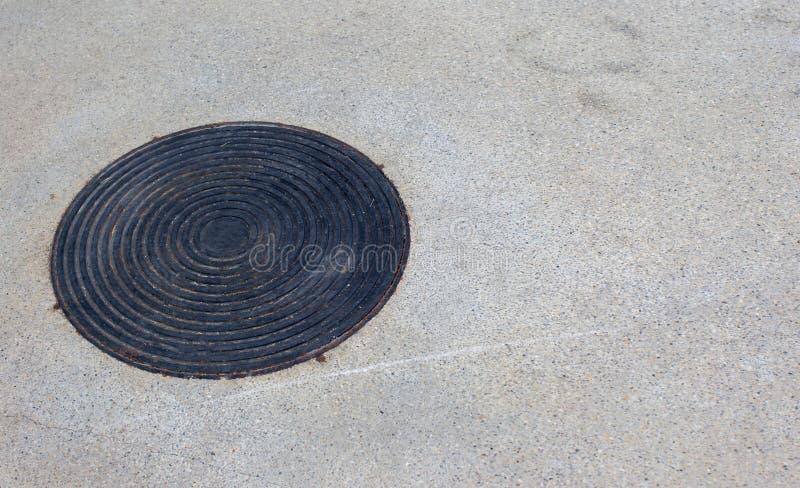 关闭下水道格栅流失在街道或走道附近 免版税库存图片