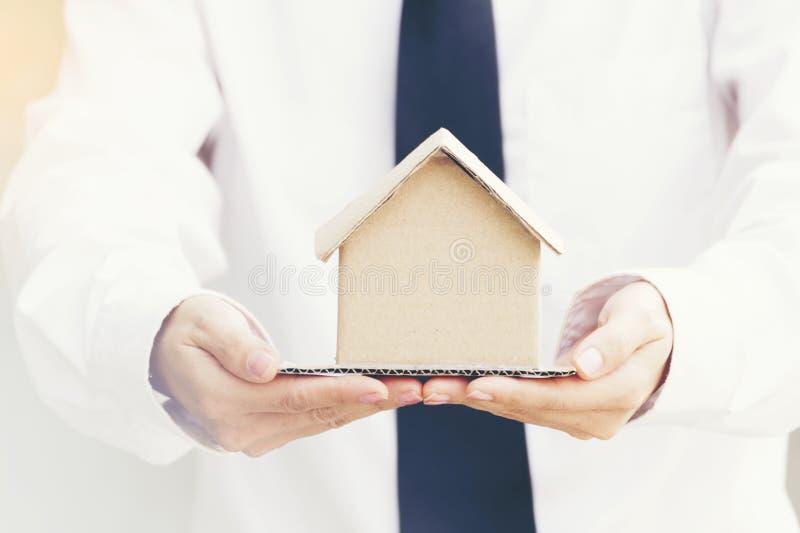 关闭不动产房地产经纪商藏品房子的手待售 r 免版税库存图片