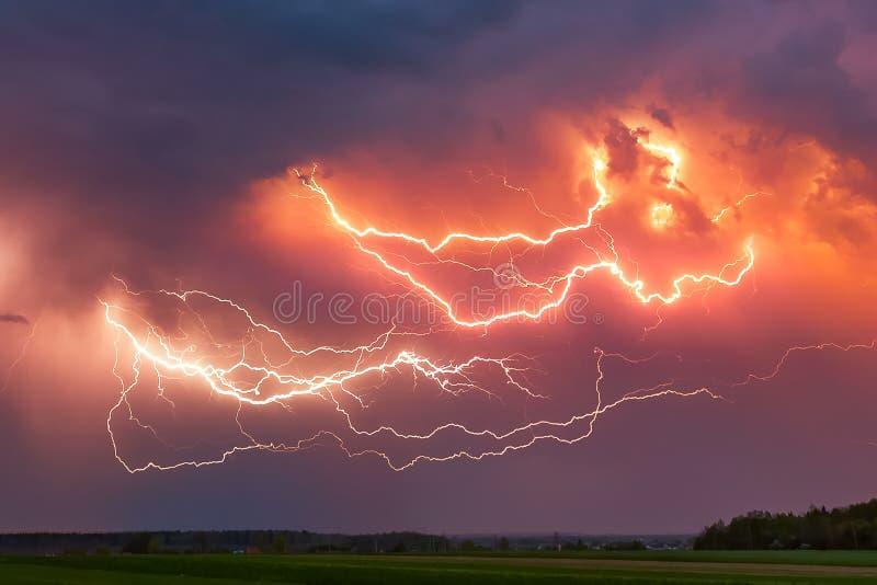 关闭与与剧烈的云彩综合图象的闪电 夜雷暴 免版税库存照片