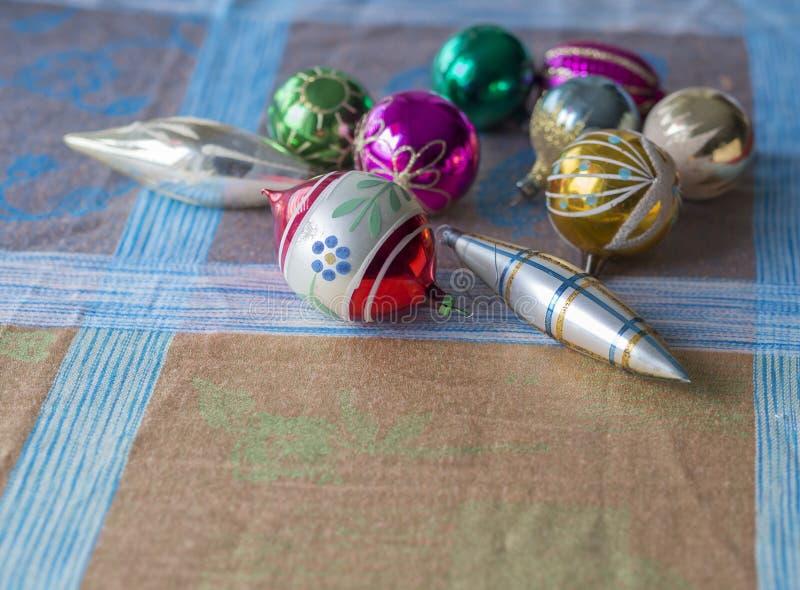 关闭与五颜六色的老减速火箭的圣诞节装饰收藏 图库摄影